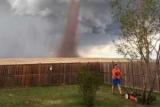 Невозмутимый канадец продолжил стричь лужайку во время торнадо