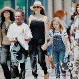 Анджелина Джоли отметила день рождения близнецов в Диснейленде