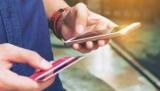В Китае, слепой девушки после, продолжает играть на смартфоне